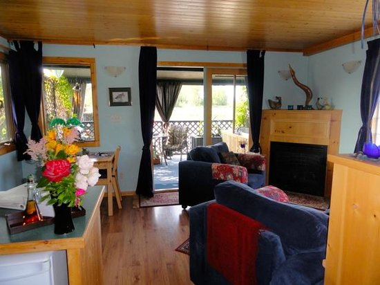 Duck Inn: Cosy living area in the Water Garden Cottage. French doors lead to verandah with soaker tub