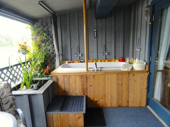 Duck Inn: Deep soaker tub on Water Garden Verandah