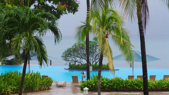Shangri-La's Tanjung Aru Resort & Spa: Evening rains over the infinity pool