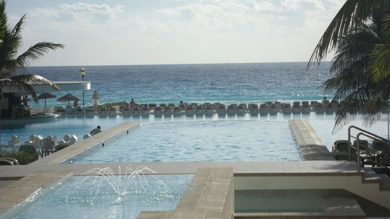 The Royal Sands Resort & Spa All Inclusive: Pool side/Beach access