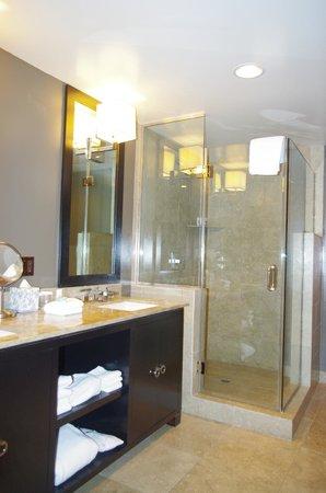 Luxe Sunset Boulevard Hotel: douche