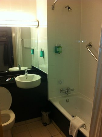 Jurys Inn Birmingham: The bathroom