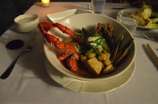 Green Island Resort: seafood medley in red curry sauce - worth the hard work!