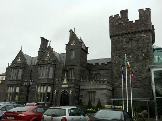 Clontarf Castle Hotel: Hotel Front even better lit up at night time