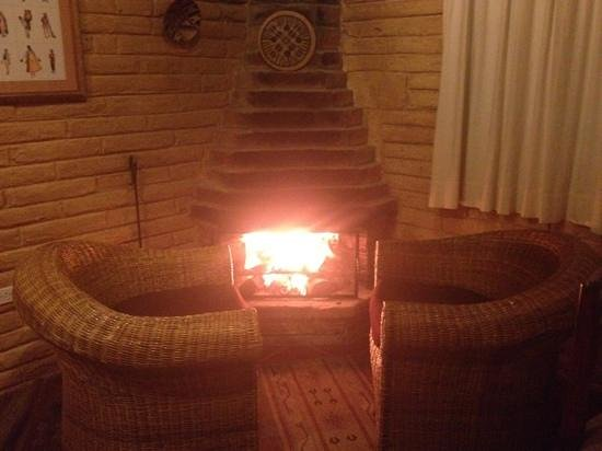 Las Palmeras Inn: Fireplace in the room.