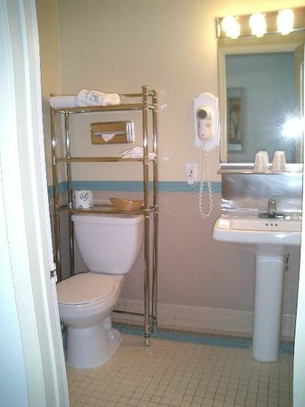 Foghorn Harbor Inn Hotel: Small view of bathroom