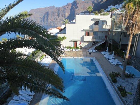 IBH Apt Diamond: Utsikt från balkongen ner mot poolen och los Gigantesbergen