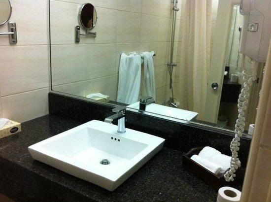 Kapok Hotel: Bathrooms are modern with nice ameninties