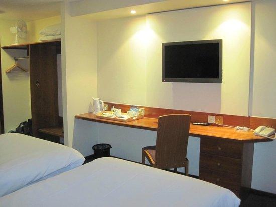 Hello Hotel Manchester : TV and Hospitality tray