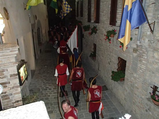 La Locanda del Capitano: medieval festival parade passing by