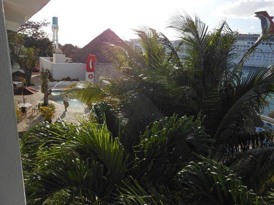 El Cid La Ceiba Beach Hotel: Pool area view from our room