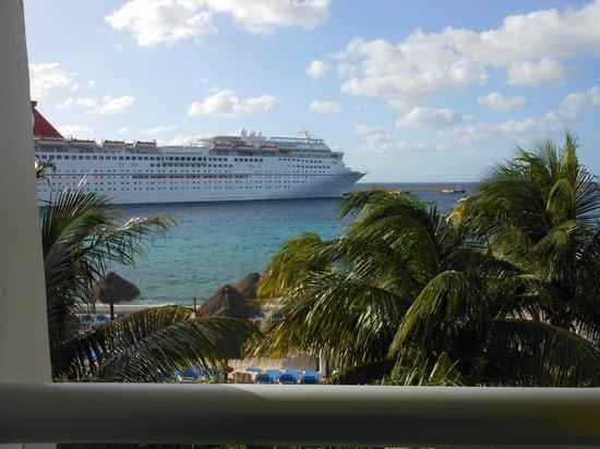 El Cid La Ceiba Beach Hotel: Be prepared to see lots of cruise ships