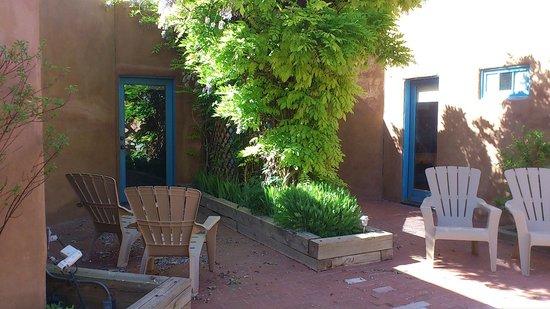 Abiquiu Inn: 中庭に続くドア