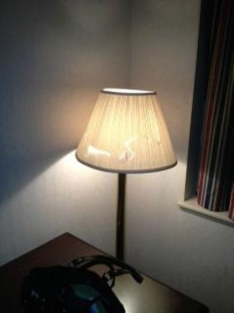 Campus Inn: broken lamp