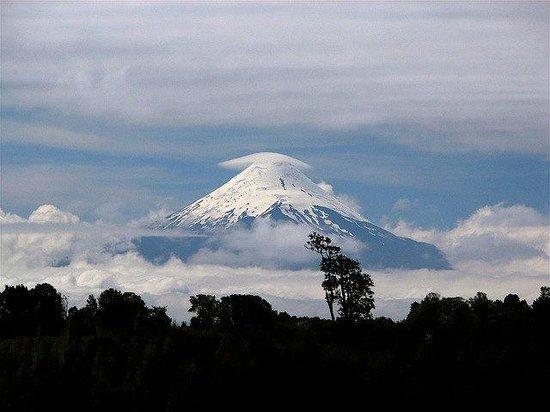 Hostel Ruca : Desde la ciudad podemos ver el imponente Volcán Osorno