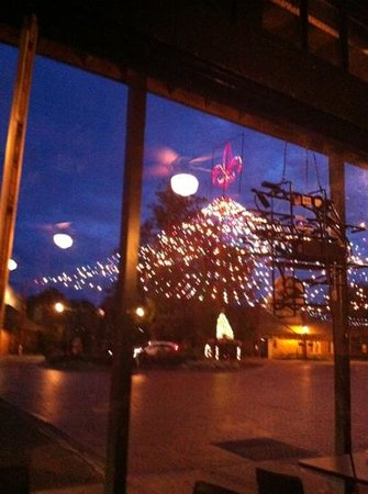Pioneer Pub: outside lights, great view from the inside