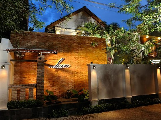 Hum Vegetarian Cafe & Restaurant : Just a few walks from War Remnants museum, an all-day-dining and café retreat venue of choice