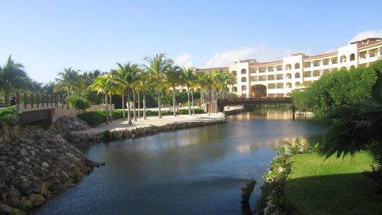 Hacienda Tres Rios: vista saliendo del cuarto, estoy en uno de sus puentes de madera donde atraviesa un rio