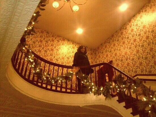 DeSoto House Hotel: Lobby stairwell decorated for holidays..Victorian spirit!
