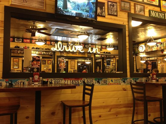 Buck's Sports Grill: Bucks Decor is bright and engaging