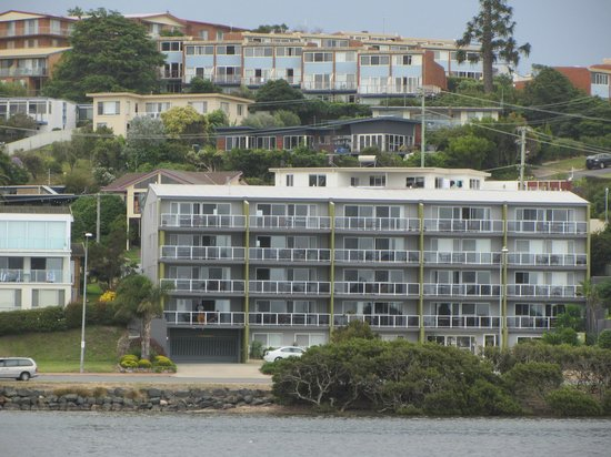 Pacific Heights Holiday Apartments: Located at the top of Merimbula (blue / red brick row - top)