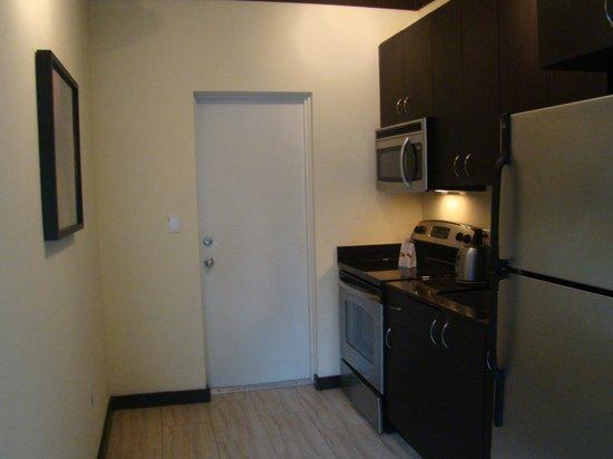 Tradewinds Apartment Hotel: Cozinha americana