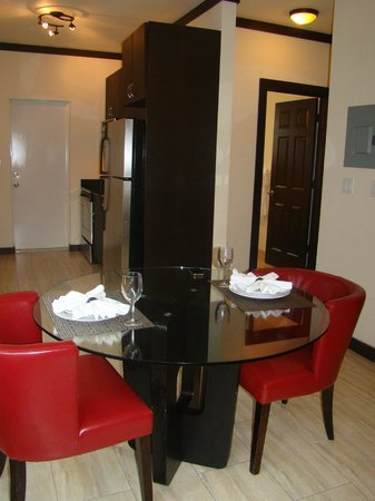 Tradewinds Apartment Hotel: vista da sala