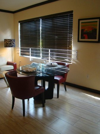 Tradewinds Apartment Hotel: Sala