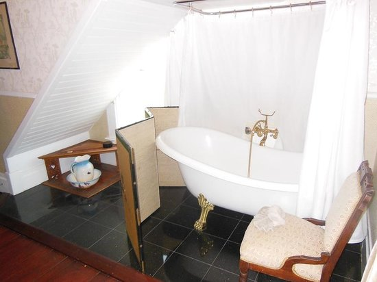 Weller House Inn: clawfoot tub