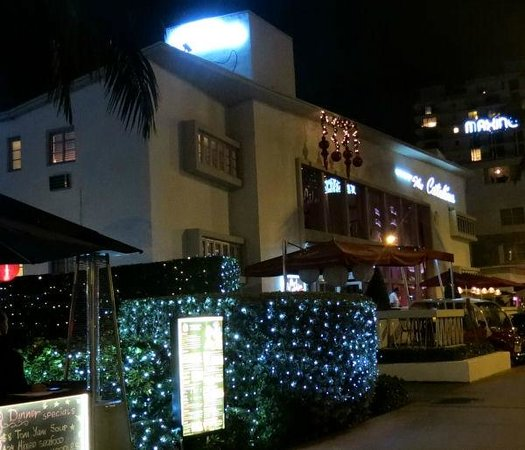 Catalina Hotel & Beach Club: View from the street