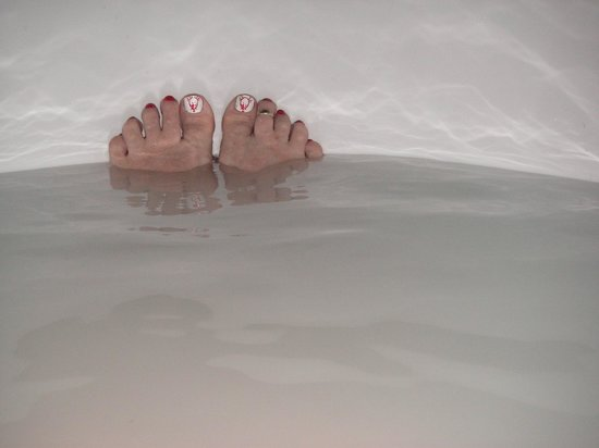 Volcanic Earth Healing Centre Spa: Enjoying a coconut milk bath (with toes decorated for Christmas)