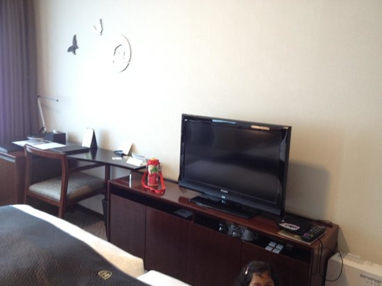 The Royal Park Hotel Kyoto Sanjo: tv with mini fridge below