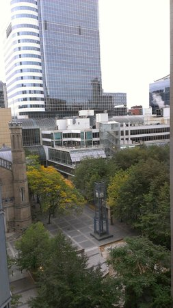 Toronto Marriott Downtown Eaton Centre Hotel: right next door to Easton Center (view from hotel room window)