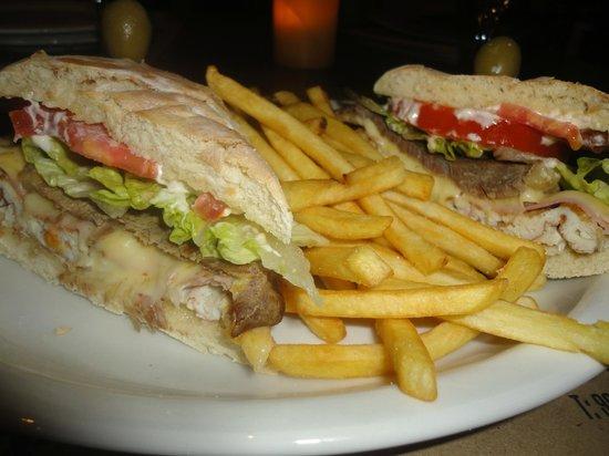 Restaurant Parrilla El Criollo: Especial sandwich de lomito con pan casero y papas fritas