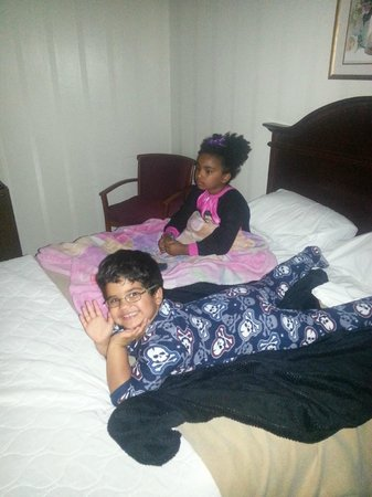 Anaheim Maingate Inn: Kiddos watching some TV