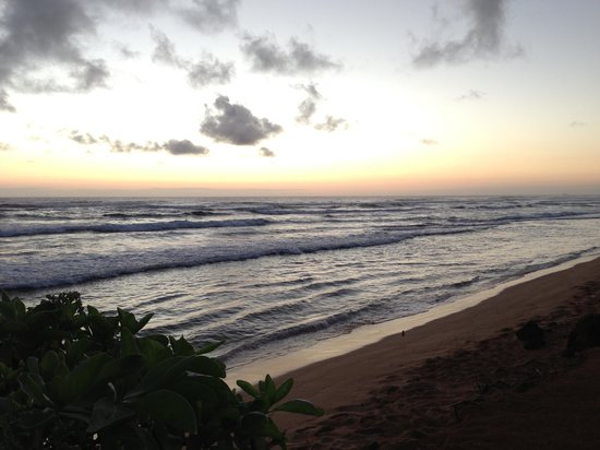 Kauai Beach Resort: Beautiful sunrise - there were dozens of people every morning!