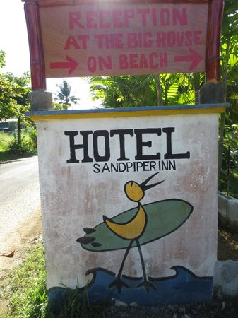 Sandpiper Hotel: Entrance to the property