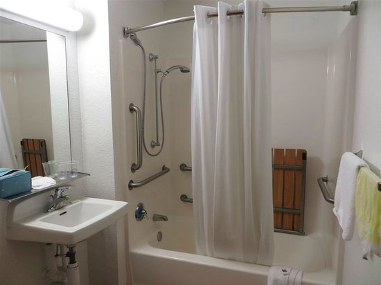Motel 6 Dania Beach: Additional gadgets at bath tub