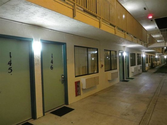 Motel 6 Dania Beach: Corridor to swimming pool