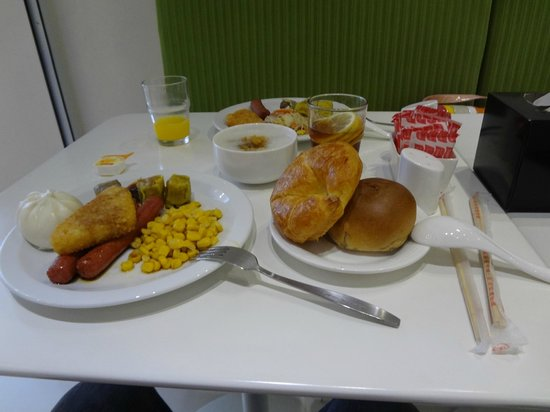 M1 Hotel: Hotel Breakfast - Simple but filling affair