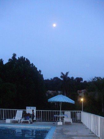 El Greco Resort: Poolside n the moon is up!