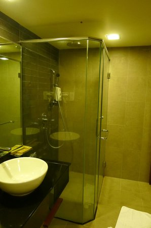 Resort Hotel Genting Highlands: Spacious and clean shower cabin
