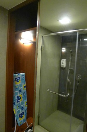 Resort Hotel Genting Highlands: Open wardrobe can see through bathroom