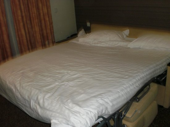 Citadines Republique Paris : ベッドを広げた状態です。