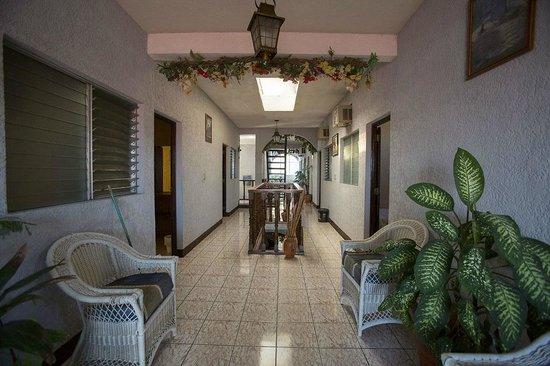 Hotel Mesa de Los Mayas: Hallway on the second floor of Hotel de los Mayas in Flores, Guatemala