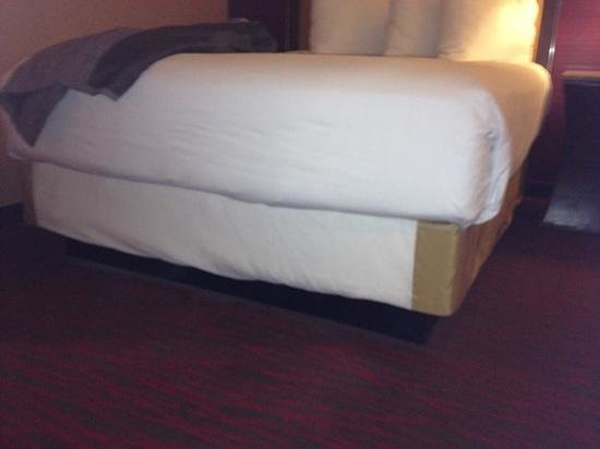 Harrah's Resort Atlantic City: bed with bed skirt