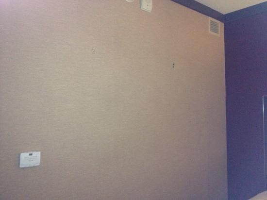 Harrah's Resort Atlantic City: missing wall art. hangers visible