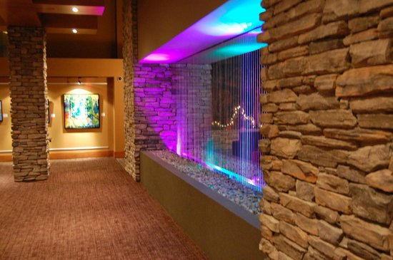 Sawridge Inn and Conference Centre Edmonton South : Fountain wall between Gallery and Bar