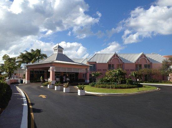 Comfort Suites Paradise Island: Front entrance to Comfort Suites