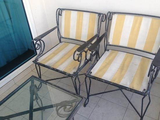 Jood Palace Hotel Dubai: the dirty chairs in the verandah